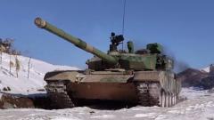 【直击演兵场】重型坦克雪地驰骋 装甲战车连续越障