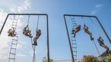 2月18日,武警广西总队来宾支队掀起练兵热潮,组织特战队员进行400米障碍、攀登、擒敌、战术等课目训练,从严、从难摔打磨砺部队,提升特战队员反恐制胜能力。图为攀登训练。
