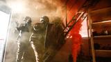 特战队员利用烟雾弹掩护突入楼内