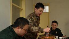 目睹繁华 坚守寂寞 送达战位的年夜饭让战友们尝到了家的味道