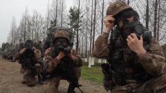 陆军第77集团军某旅开展20公里战斗体能拉练