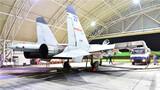 机务人员精心维护战机。