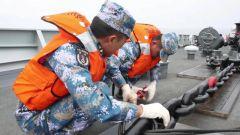 海军第37批护航编队进行海上锚泊纵向补给演练