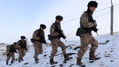 """冰雪覆盖 道路曲折 新""""战友""""助力官兵边境线巡逻"""