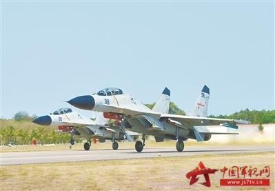南部战区海军航空兵某旅组织自由空战训练,图为双机齐头并进,蓄力升空。