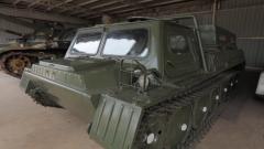 """这个兵器园不简单!草堆里的""""废铁""""竟是罕见的履带式装甲车"""