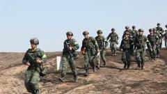 江西鹰潭:突发山火 武警官兵紧急驰援