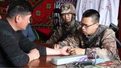 新疆伊犁:边防军医为驻地群众送医送药