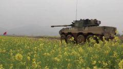 军校学员轮式装甲突击车实弹射击考核