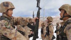 接过钢枪,这群20岁左右的新兵成了真正意义上的边防战士