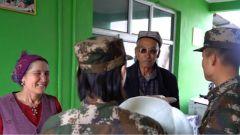 军民一家亲 新疆大叔热情弹奏冬不拉迎接来访的军人妻子