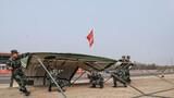 任务官兵迅速搭建野战帐篷。