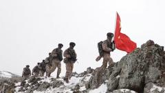 【新闻特写】风雪巡逻 边防官兵与界碑相伴