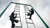 特战队员快速通过软梯斜绳障碍