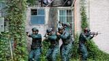 特战队员进行居民楼反劫持演练