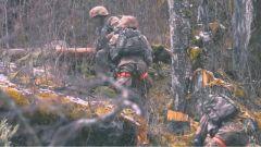 大雪纷飞 山路崎岖 侦察兵们艰难的行军开始了