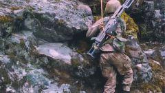 为了避免枪支损伤,步兵们决定背着沉重的武器进行攀岩
