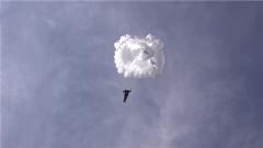 首跳!陆军第81集团军某特战旅女兵800米高空伞花绽放