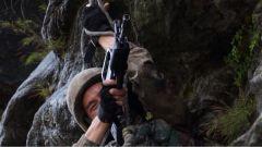 主动增加负重示范射击 教官的魄力和决心鼓舞了队员们