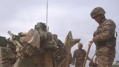 一粒沙可能引发大问题 炮兵们一次又一次调整装备与风沙抢时间