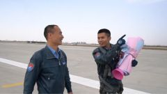 """獨立駕駛戰機完成飛行 教官為飛行學員這個特殊""""成人禮""""獻花"""