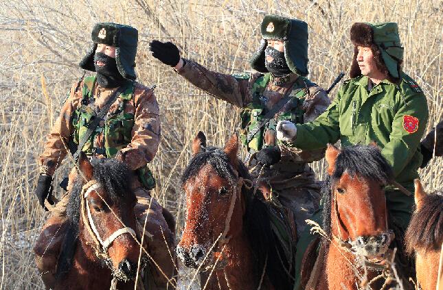 2月22日,新疆军区某团塔克什肯边防连巡逻官兵在中蒙边境线上检查边境设施。    新疆军区某团塔克什肯边防连执勤官兵与驻地护边员在巡逻途中交流边情民情。    新疆军区某团塔克什肯边防连执勤官兵在对中蒙边境线上芦苇丛生的一段进行排查。   春节期间,新疆军区某团塔克什肯边防连执勤官兵和驻地护边员联合执勤,加强边境管控。巡逻小分队冒着零下30摄氏度的严寒迎风雪、走边关,坚持巡逻到点到位,忠诚守卫在祖国的边防线上。