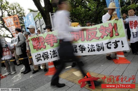 早稻田大学宪法学教授水岛朝穗发表演说.