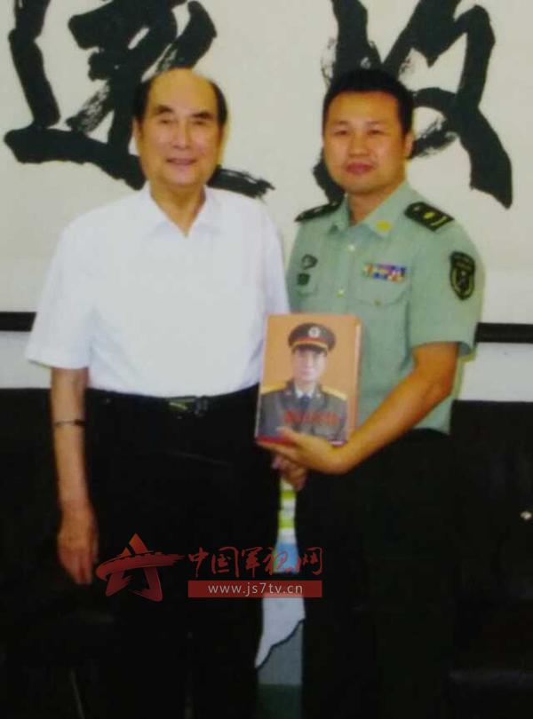 《张万年传》作者丁晓平参加张万年追悼告别仪式
