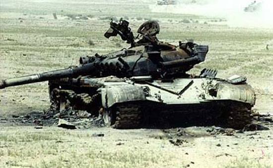 """在莫斯科被俄网友拍到的俄军新一代阿玛塔主战坦克。   据俄罗斯媒体报道,俄军已接收20辆新型阿玛塔主战坦克,目前正在训练,将参加今年5月9日举行的卫国战争胜利70周年阅兵式。与此同时,网络上也不断出现阿玛塔坦克""""谍照"""",俄军新一代坦克技术细节已逐渐明朗。   从引领世界到大幅落后于西方   倾斜式装甲、76."""