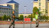 近日,来自各单位的数百名考生齐聚南部战区陆军某旅,参加2021年度军队院校招收士兵学员军事共同科目考核。图为队列动作