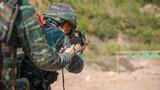 特战队员进行步枪限时快速射击