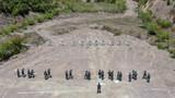 特战队员正在进行手枪精度射击训练