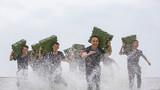 4月26日,武警广西总队防城港支队组织官兵在驻地附近海域开展擒敌对抗、实战搏击、综合体能等课目的强化训练,进一步提升官兵在恶劣环境下的综合实战能力,为今后遂行多样化反恐处突任务奠定基础。图为海水中进行负重训练