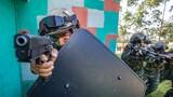 5月28日,武警广西总队百色支队组织特战队员开展攀登、障碍、战术、极限体能等课目的强化训练,进一步巩固提高特战队员的技战术水平。图为特战队员正在进行战术训练。