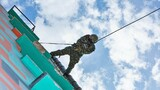 利用绳索下降技术对窗口实施俯角射击训练