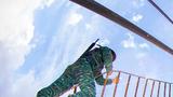 特战队员利用攀登架进行攀登训练。