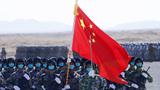 """""""西部·联合-2021""""演习结束仪式分列式上拍摄的中方护旗兵和仪仗方队。刘芳 摄"""
