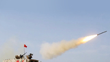 """""""晴空""""项目首场比赛技能赛在库尔勒开赛,中国参赛队员在战车上发射便携式防空导弹"""