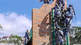 障碍赛参赛队员攀爬坍塌建筑物