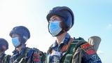 """参加""""空降排""""空降兵分队比赛的中国参赛队队员准备就绪"""