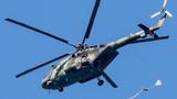 """参加""""空降排""""空降兵分队比赛的中国参赛队队员在俄罗斯梁赞州跳伞"""