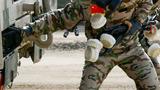中国参赛队陆军代表队队员进行化学洗消作业