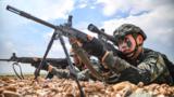图为狙击手占领制高点。