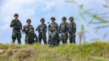 图为到达任务区域后,官兵进行作战部署。