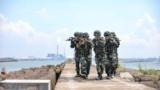 图为官兵沿线追踪搜索。