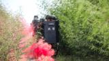图为官兵利用烟雾掩护搜索抵近。