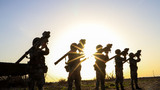 近日,陆军第75集团军某防空兵分队在戈壁大漠上开展实战化军事训练,着力加大徒手对抗、擒拿格斗、综合演练等实战化训练内容的比重,在近似实战化的环境中摔打锤炼部队,为下步遂行多样化任务打下扎实基础。图为导弹据筒瞄准训练