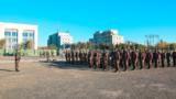 近日,武警新疆总队克拉玛依支队紧贴实战,组织机关干部和特战分队展开了一场轻武器远距离实弹射击训练考核。锤炼官兵在复杂气候和地理环境下的打赢本领。考核重点放在手枪精度射击、自动步枪精度射击、快速射击等课目,有效检验了部队实弹射击训练水平,为全面提升部队实战化训练水平和遂行多样化任务奠定了坚实基础。图为训练场集结。