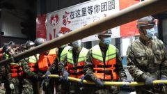 新疆昌吉:煤矿突发透水事故 武警官兵紧急救援