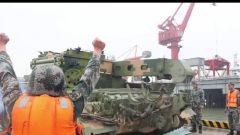 陆军第72集团军某旅:装备跨海航渡演练 检验部队水路输送能力